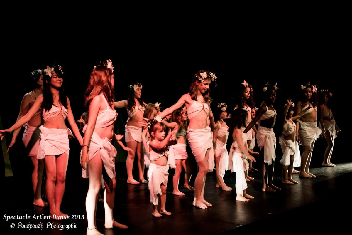 Un groupe de danseurs, enfants et ados