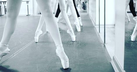 des pieds de danseuses sur pointes