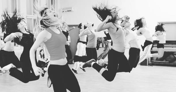 Des danseuses qui sautent en criant