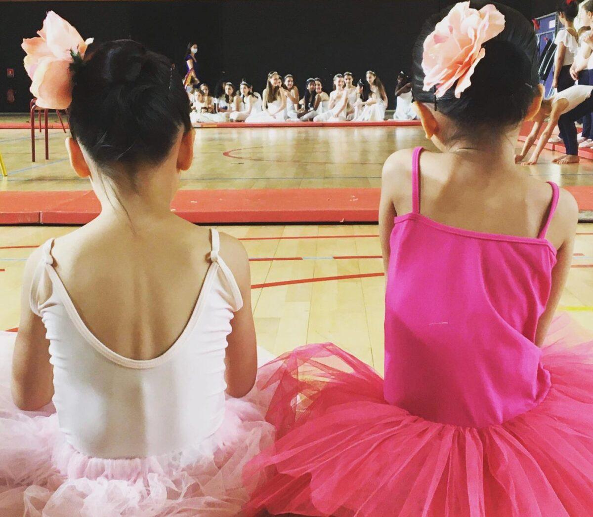 des danseuses assises